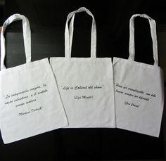 Bolsos con aquellas frases y citas que pronunciaron o escribieron los personajes retratados en los mismos