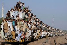 trains in India and Pakistan? And I thought New York subway trains were crowded. Pakistan Reisen, Pakistan Travel, Trains, Foto Poster, Train Rides, Train Trip, Train Journey, People Of The World, Train Travel