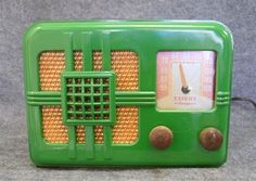 A Knight Ranger green Bakelite radio c. 1946 110v  serial number n/a; 17 x 23 x 18 cm