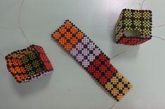 Rubik kockák 4 mm-es gyöngyökből Friendship Bracelets, Jewelry, Pearls, Jewellery Making, Jewerly, Jewelery, Jewels, Jewlery, Friendship Bra