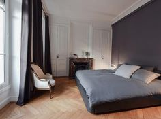Minimalist & classic style for this bedroom with a matte violet color in the wall Small Apartment Design, Small Apartments, Renovation D, Architecture Renovation, Color Violeta, Apartment Hacks, Suites, Lyon, Home Staging
