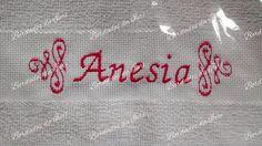 Toalha social Anesia. Arabescos laterais e nome na cor rosa. Temos outras fontes de letras à sua escolha.Criação Bordados da Iuri.