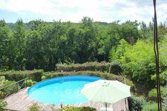 La casa è immersa nel verde, a pochi chilometri dalla cittá di Lucca. I boschi che circondano la casa sono pieni di fascino e rimarrete esterrefatti dal paesaggio. A due passi troverete la famosa quercia secolare conosciuta come Albero delle Streghe.