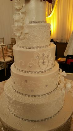 Elegant wedding cake with bling - Chateau Crystal - Houston - Wedding cakes - Bling Wedding Cakes, Wedding Cake Roses, Elegant Wedding Cakes, Beautiful Wedding Cakes, Wedding Cake Designs, Trendy Wedding, Bling Cakes, Extreme Wedding Cakes, Wedding Dresses With Bling
