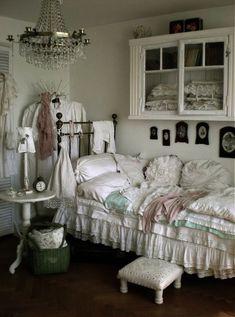 Chambre style campagne chic | Chambre à coucher romantique shabby ...