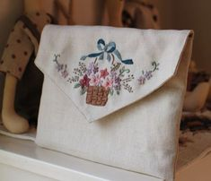 Embroidery Purse, Silk Ribbon Embroidery, Embroidery Stitches, Broderie Simple, Stitch Book, Brazilian Embroidery, Embroidered Flowers, Handmade Bags, Sewing Projects