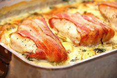 Kylling med bacon er en nem og god ret i fad, hvor man steger kyllingebryst i ovnen på en bund af spinat, porrer og en lækker flødesovs.  Her får du skøn opskrift på kylling med bacon, Snack Recipes, Cooking Recipes, Snacks, Lchf, Danish Food, Bacon, Italian Recipes, Food Porn, Brunch
