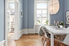 Poppytalk: A Stockholm Duplex Blue Rooms, Blue Walls, Warm Dining Room, Ikea, Appartement Design, Interior And Exterior, Interior Design, Home Selling Tips, Dining Room Inspiration