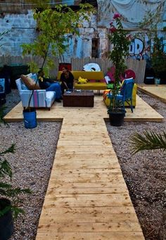 Deck landscaping does not need a lot of space necessarily, as you can create a small and cozy decked space that will stand out in your backyard. Pallet Patio Decks, Wood Patio, Diy Patio, Backyard Patio, Palet Deck, Wood Pallet Walkway, Backyard Movie, Patio Design, Garden Design