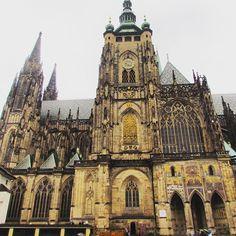 Praga - República Tcheca  O Castelo de Praga está localizado em Praga, capital e maior cidade da República Checa e encontra-se na Colina Hradcany, local onde foi fundada a cidade, que domina a capital na margem esquerda (ocidental) de Vltava. Ao contrário do que muita gente pensa, porém, a visão mais famosa do castelo no alto da colina, não é exatamente o Castelo de Praga, mas apenas uma parte dele, sendo somente as torres da Catedral de São Vito, uma de suas atrações mais famosa...