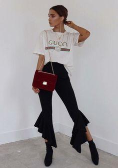 Musa do estilo: Alicia Roddy. T-shirt branca com estampa de logo, gucci, calça preta com babados na barra, skinny boot