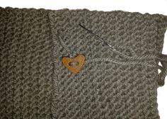 DIY Bufanda de lana cerrada con botones   Handbox Craft Lovers   Comunidad DIY, Tutoriales DIY, Kits DIY Diy, Knitting, Home, Knitted Scarves, Scarf Styles, Crochet Hooded Cowl, Scarf Crochet, Bricolage, Tricot