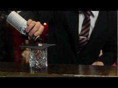 DrinksMeister har i samarbejde med Den Europæiske Bartenderskole fået lavet en lang række Cocktail og free pour videoer til alle jer derude.Her kan du se Henrik Murel fra EBS lave Old Fashioned.    Den gammeldags er en type cocktail lavet af muddling opløst sukker med bitter derefter føje alkohol, såsom whisky eller cognac, og et twist af citrus s...