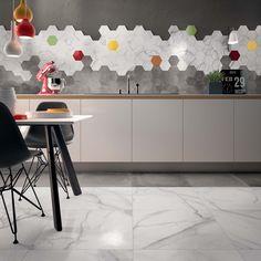 Idealna alternatywa dla kwadratów i prostokątów zarówno na ścianę, jak i podłogę... Płytki heksagonalne to prawdziwy HIT, dlatego dziś przedstawiamy galerię pełną inspiracji z płytkami w kształcie sześciokąta. Jak Wam się podobają? #heksagony #płytki #ceramika #tiles #heksagon #płytkiheksagonalne #sześciokąty #pomysł #idea #inspiracja #design #styl #moda #trend