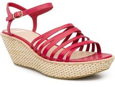 Damas is the perfect wedge sandal for spring and summer that combines femenine look with comfortable height and a cushioned insole.