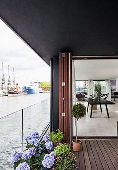 Houseboat in London via BoBedre www.gravityhomeblog.com |...