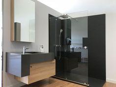 Composición para baño con muebles suspendidos, en color grafito y madera, y ducha en color grafito Bathroom Lighting, Mirror, Kitchen, Furniture, Home Decor, Bathroom Furniture, Modern Closet, Mirrors For Bathrooms, Houses