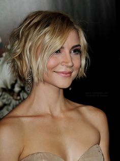 Samaire Armstrong- side view of chin length cut and blonde ombre.