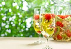 Um drink ideal para o verão com frutas e vinho verde! Descubra a receita.