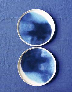 Les assiettes tie and dye / By Aino-Maija Metsola et Sami Ruotsalainen / Aux Galeries Lafayette Maison click now to see more. Ceramic Plates, Ceramic Pottery, Ceramic Art, Marimekko, Kind Of Blue, Blue And White, Vase Vert, Keramik Design, Pottery Designs