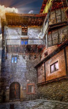 """Albarracín - Se encuentra situada cerca de la antigua ciudad romana de Lobetum. Los árabes llamaron al lugar Alcartam que se derivaría del antiguo topónimo de Ercávida, pasando a denominarse más tarde como Aben Razin, nombre de una familia bereber, de donde se derivaría su nombre actual. Otros opinan que el término """"Albarracín"""" se derivaría del celta alb, 'montaña', y ragin, 'viña', 'uva' o del antropónimo Razin. Sin duda el topónimo procede de Ibn (ben) hijo de Razin (reyes taifas de…"""