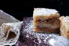 Omenapiirakka ilman taikinaa (Ripoteltu piirakka) Krispie Treats, Rice Krispies, Desserts, Food, Postres, Deserts, Hoods, Meals, Rice Krispie Treats