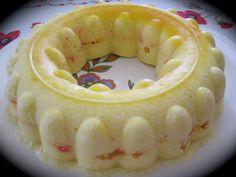 """une recette toute simple et rapide à réaliser sans sorbetière dans le moule couronne """"grand gourmet"""" c'est une très ancienne recette tupperware d'un livre """"tupperware reçoit"""" 4 oeufs (blancs et jaunes séparés) 50g de sucre en poudre 1 càc d'extrait de..."""