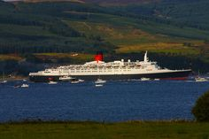 QE2 ON THE RIVER CLYDE