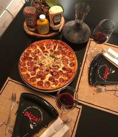 """Apto 908C por Gabi Paganini on Instagram: """"Quem que saiu da academia e vai comer pizza e tomar vinho? ✋🏻 Hoje o Angelo me falou uma coisa que devemos lembrar mais: """"you only live…"""" Super Pizza, Pepperoni, Academia, Food Photo, Pasta, Flat Lay, Instagram, Mayonnaise, Recipes"""