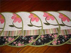 Individuais ou americanos redondos em patchwork, feitos em tecidos 100% algodão, estruturados com manta resinada, ideais para quem tem mesas pequenas.  Cores serão sempre mantidas, estampas nem sempre será possível. O valor acima é da unidade.