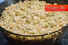 SAŁATKA Z PORA Składniki: 2 pory (biała część) 4 jajka 1 jabłko 6 ogórków konserwowych puszka kukurydzy (340 g) 6 łyżek majonezu 1 łyżeczka musztardy sól, pieprz Wykonanie: Jajka ugotować na twardo...