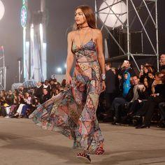 Gigi Hadid apresenta segunda coleção cápsula com a Tommy Hilfiger em um desfile estrelado
