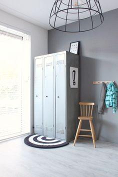 De ivar kast van de ikea in de kinderkamer van een jongen. Inspiratie en ideeën om een donkerblauwe lambrisering te schilderen plus licht houten meubels, een stoere lockerkast en accessoires te gebruiken. Ikea Hack Storage, Locker Storage, Ikea Hacks, Remodeling Mobile Homes, Home Remodeling, Home Bedroom, Kids Bedroom, Casa Kids, Industrial Design Furniture