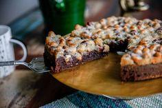 Saftig chokladkaka med ett krispigt toscatäcke med hela nötter. Oemotståndlig!