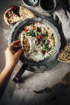 Dieser Dip passt nicht nur wunderbar auf's Grillbuffet. Er harmoniert perfekt zu jeder Art von Curry, zu Butter oder Tandoori Chicken oder auch einfach (wie wir es heute serviert haben) mit Brot oder Gemüsesticks als Snack zu einem Glas Wein. #indianfood #indisch #dip #partyfood #easypeasy