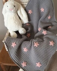 baby blanket Become a brilliant beginner at crochet with a free pattern tutorial by Kate Eastwood. Create a baby blanket with picot edging, and learn how to crochet stars to decorate it! You'll have the perfect gift hooked up in no time. Star Baby Blanket, Free Baby Blanket Patterns, Crochet Blanket Patterns, Baby Knitting Patterns, Baby Blanket Crochet, Knitted Baby, Baby Patterns, Chevron Blanket, Crochet Blankets