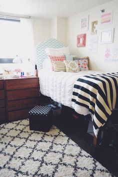 Cute college dorm bedding ideas by color scheme! No matter what you want your dorm room to look like, these are the cutest sets and accessories by color! Preppy Dorm Room, Chic Dorm, Cute Dorm Rooms, Dorm Room Rugs, Dorm Room Organization, Organization Ideas, Dorm Bedding, Queen Bedding, Grey Bedding