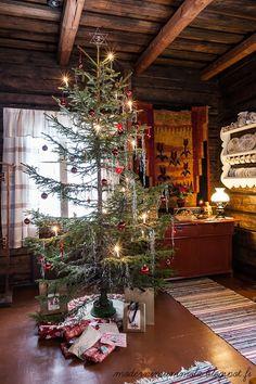 Love the tree. Cabin Christmas, Cowboy Christmas, Primitive Christmas, Christmas Love, Christmas Images, Country Christmas, All Things Christmas, Winter Christmas, Vintage Christmas