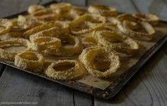 Irresistibly crispy and delicious oven-baked onion rings! No special kitchen tools needed to make these low-fat onion rings! Vegan Appetizers, Vegan Snacks, Vegan Recipes, Cooking Recipes, Vegan Foods, Free Recipes, Baked Onion Rings, Fat Free Vegan, Tailgating Recipes