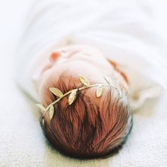 How adorable is the gold leaf halo for a newborn photo shoot? Such a simple but class hair accessory!