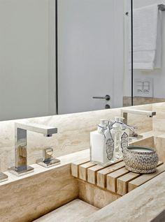 Produtos de beleza da Tania Bulhões Home e metais da Decor Banho Alpha.