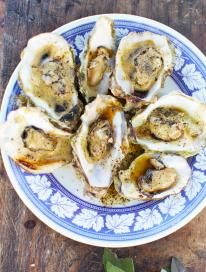 Learn how to cook oysters with Jamie Oliver; luxurious yet simple - these delicious cooked oysters with burnt butter will blow you away. Nachos, Seafood Recipes, Dinner Recipes, Dinner Ideas, Seafood Dishes, Fish Recipes, Caviar, Grilled Oysters, Oyster Recipes