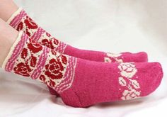 Free Patter/// Pink Ribbon yarn knitted socks Ingrid Help - Knitting and Crochet - The Great Handicrafts Knit Mittens, Knitting Socks, Hand Knitting, Crochet Socks Pattern, Knit Or Crochet, Lots Of Socks, Cosy Socks, Fair Isle Knitting Patterns, Pink Socks