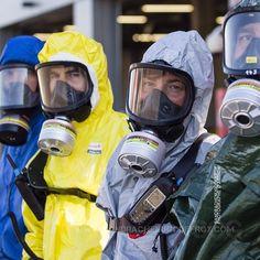 Pompiers et policier en tenue NRBC à la fin d'un entraînement interservices [Ref:2316-41-1537] #sourire #nrbc #tenue #masque #cncmfe #nrbce