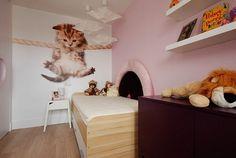 Fototapete Baby Katze und rosa Tapete im Mädchenzimmer