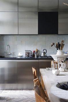 Keuken met rvs en hergebruikte houten vloer