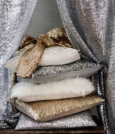 Glitter and sparkle to any neutral colored room looks amazing, i have some gold cushions that look amazing in my room Sweet Home, Hm Home, My New Room, Home Interior, Interior Design, My Dream Home, Decorative Pillows, Bedroom Decor, Throw Pillows