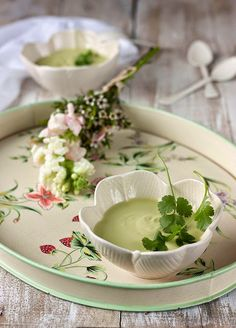 Hoy os dejo una sopa rapidísima , fresquita y de lo mas sana, que además esrealmente económica . Se trata de una sopa cr...