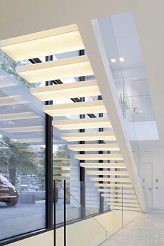 podświetlane białe schody