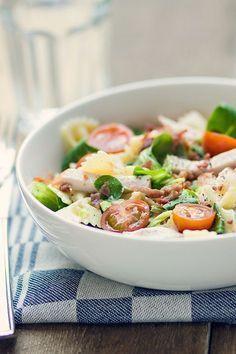 Pastasalade met roomkaas, spekjes en gerookte kip. Heel simpel, snel klaar, en ontzettend lekker! Different Recipes, Couscous, Salad Dressing, Dressings, Barbecue, Potato Salad, Toast, Favorite Recipes, Dinner
